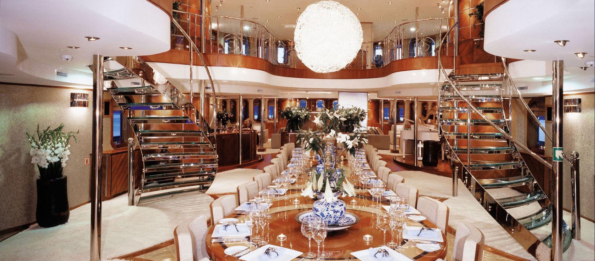 Für intime Dinner, Meetings und Konferenzen stellen Megayachten den feudalen Rahmen.