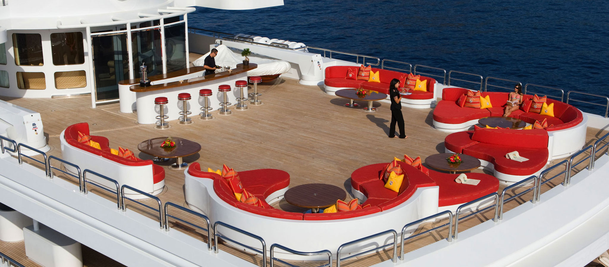 Im Hafen und vor Anker liegend sind auf den Pool- und Sonnendecks Parties für 100 Gäste und mehr möglich.