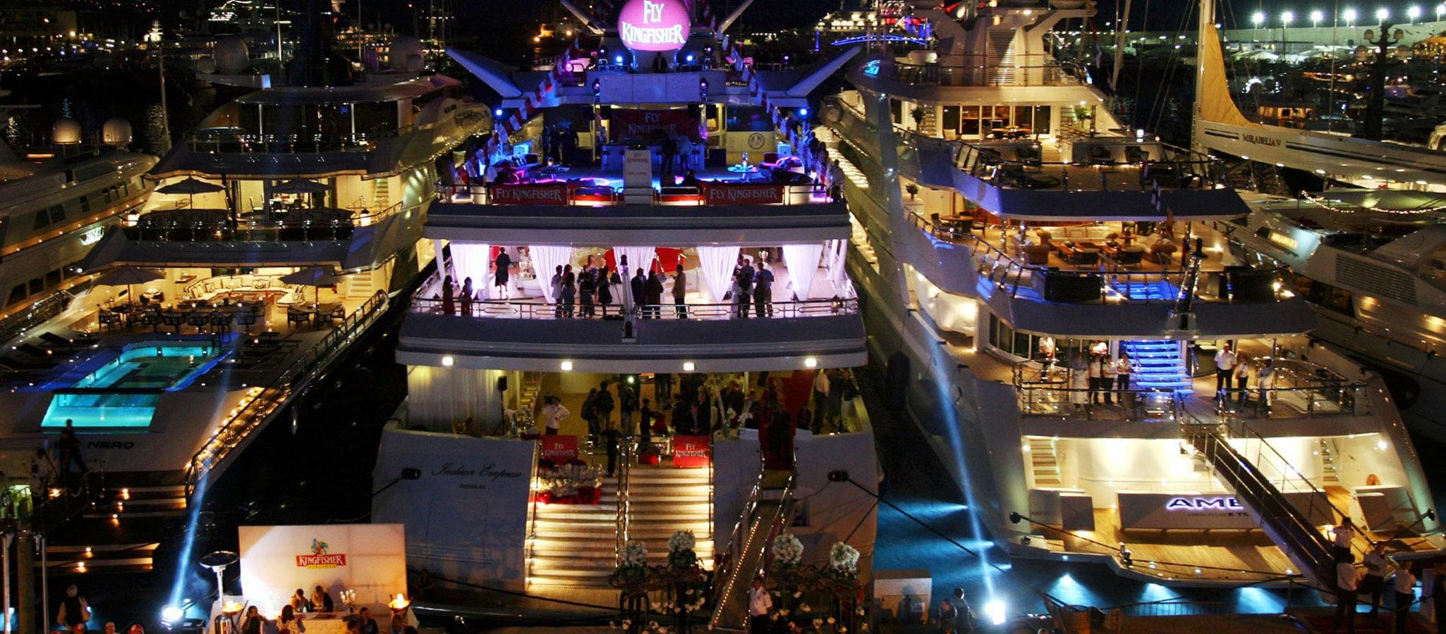 Bei Nacht verwandelt OceanEvent Ihre Megayacht in eine fantastische Social Event Location.