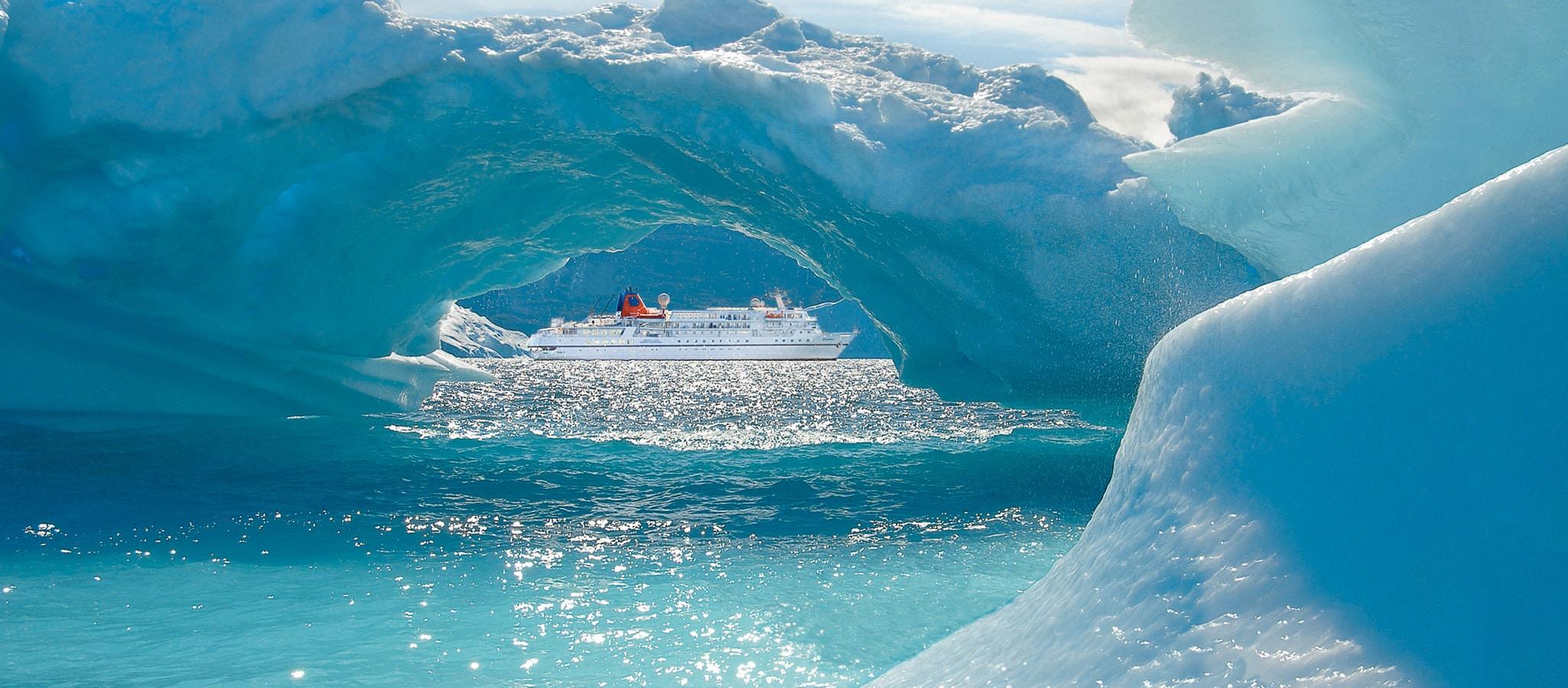 Mit höchster Eisklasse ausgestattet, bringen wir Ihre Gruppe auf Expeditionsschiffen u.a. in die arktischen Regionen.