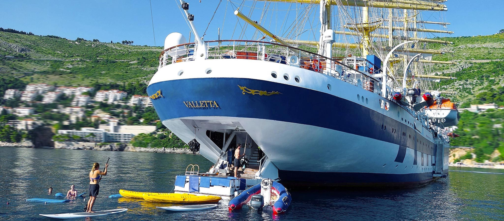 The framework program is on board for you: At anchor, a marina platform is lowered – special swimming fun way out at sea.