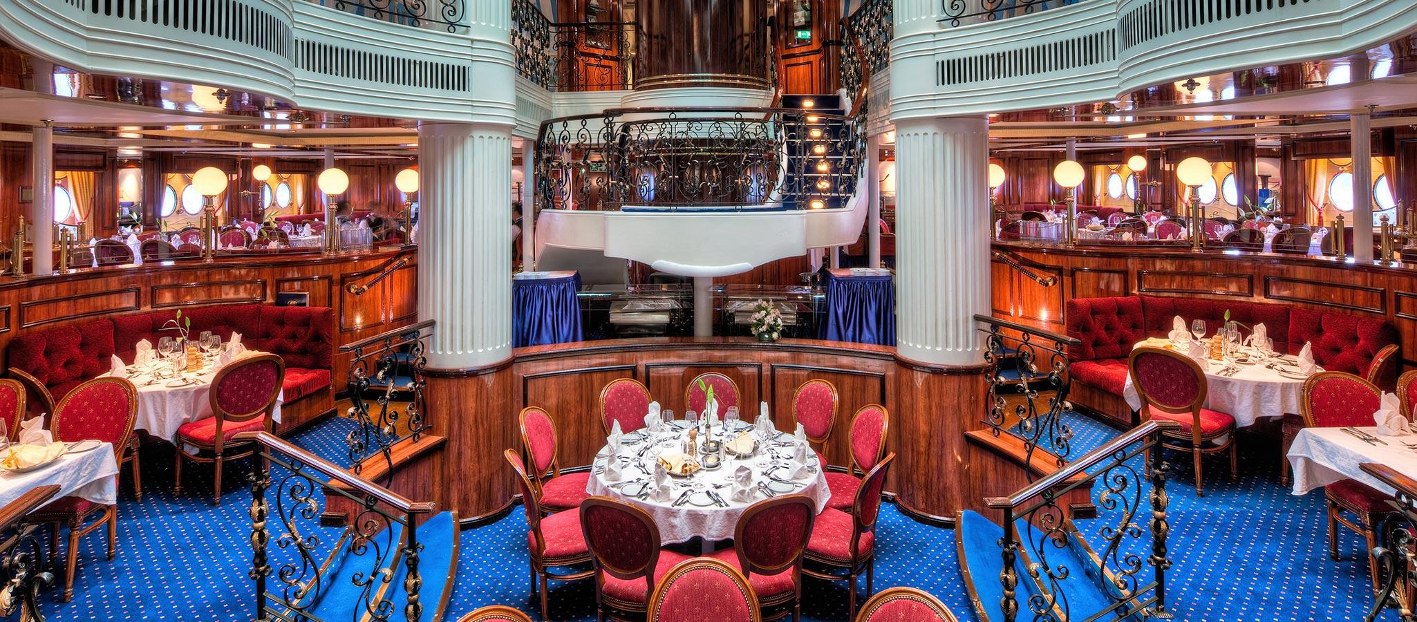 Spektakulär auch das Atrium-Restaurant im Stil eines mondänen Windjammers. Der würdige Rahmen für ein Gala-Dinner.