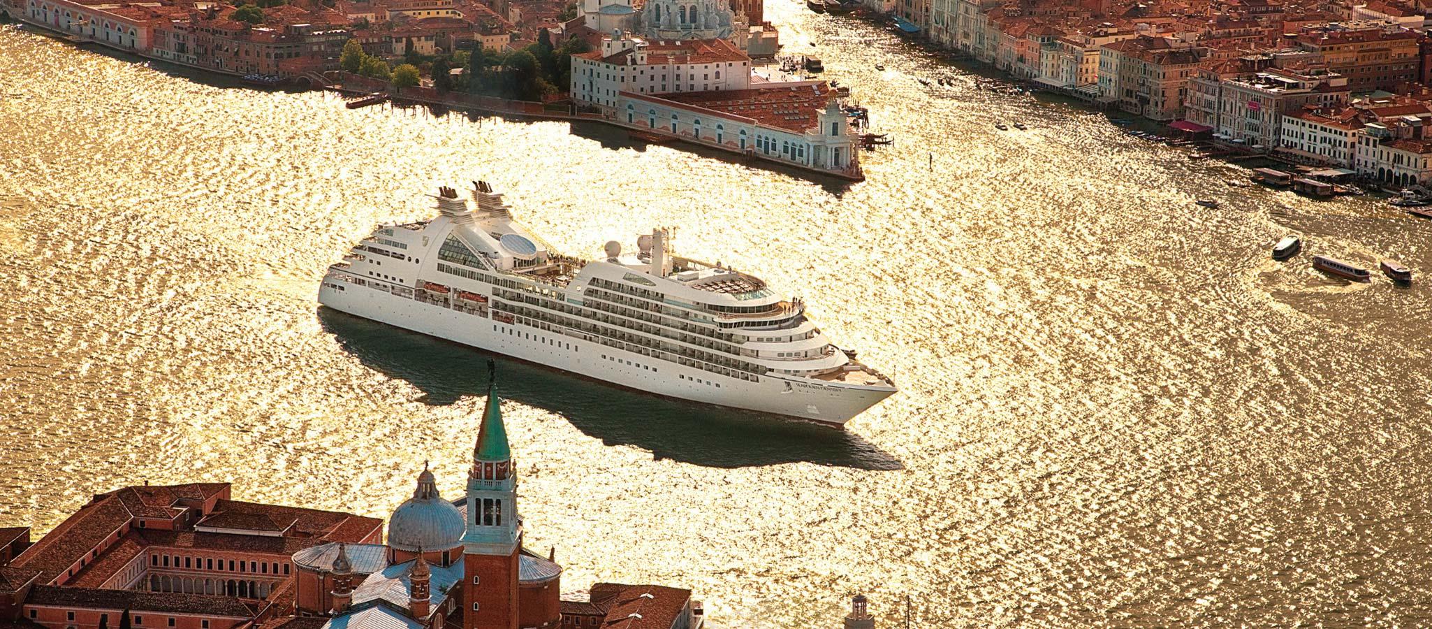 In den Sommermonaten cruisen die Schiffe in Nord- und Südeuropa, während sie im Winter die Überseedestinationen weltweit ansteuern.