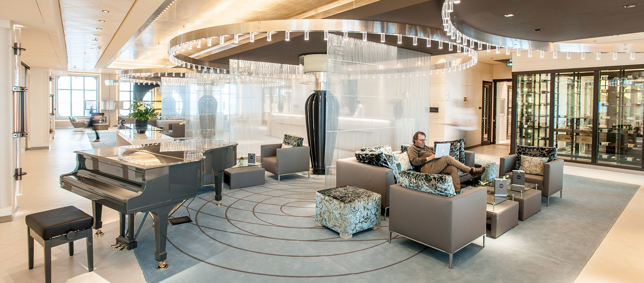 Die Vielfalt der vorhandenen Lounges lässt sich beliebig nutzen. Z.B. für Cocktail-Receptions, Meetings, Break-Out-Sessions.