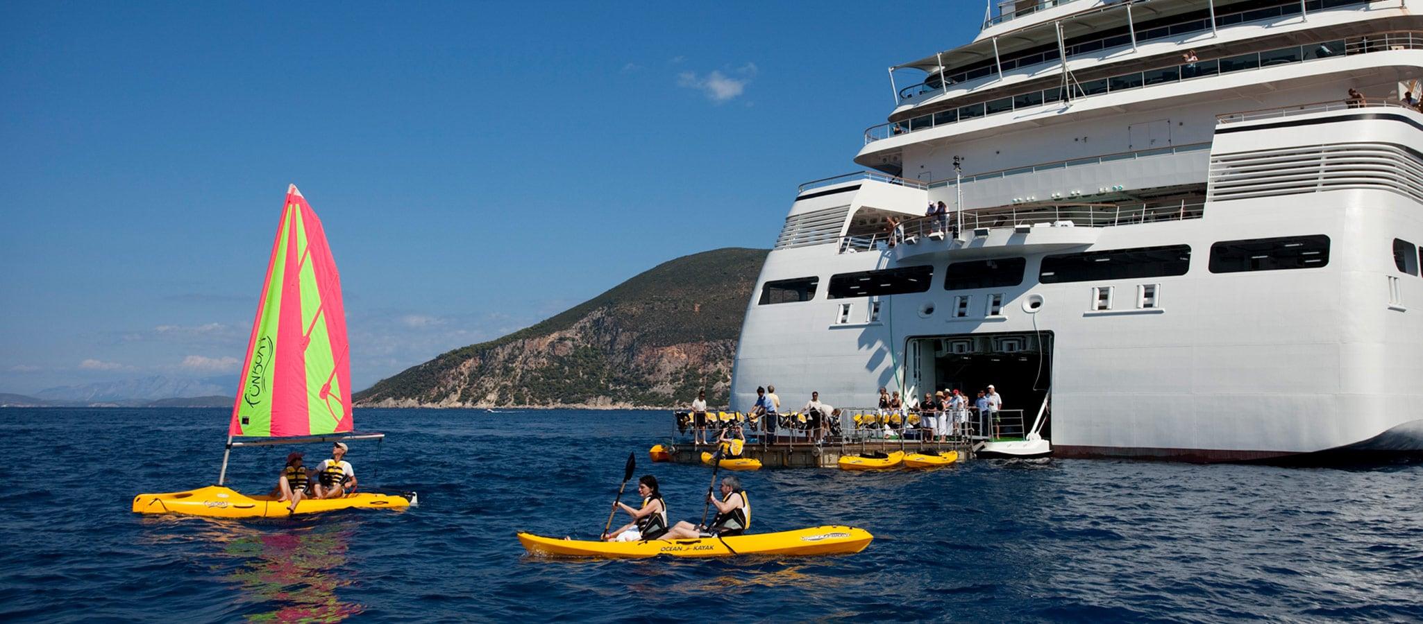 Selbst in dieser Größe sind die Schiffe teilweise mit einer Marina-Plattform ausgestattet.