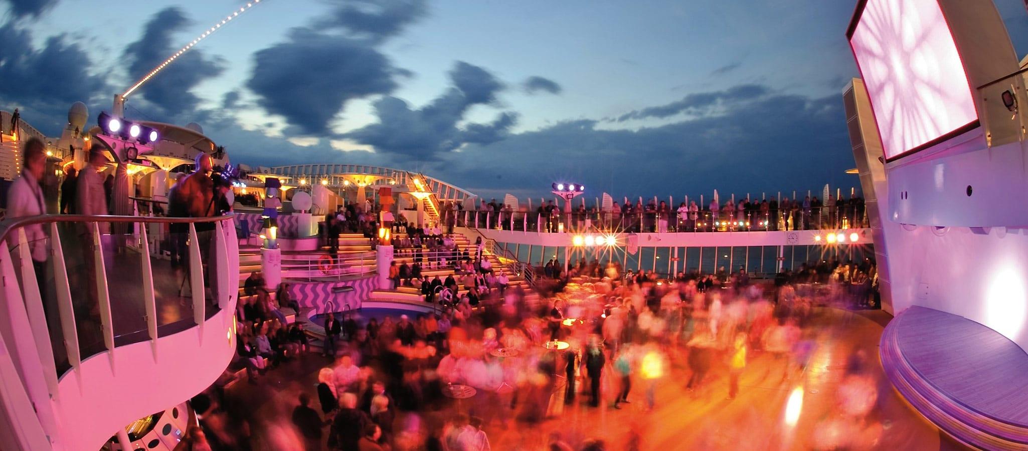 Bei Königswetter wird das offene Pooldeck zur Partylocation unter den Sternen.