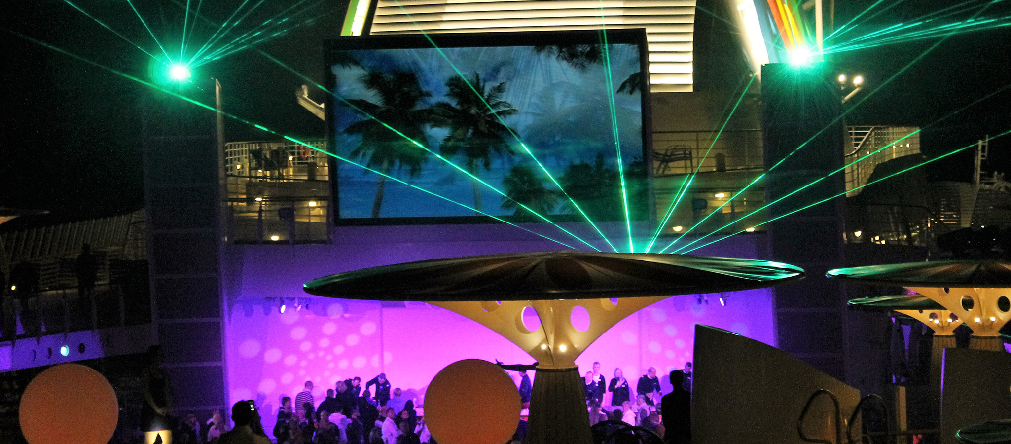 Licht- und Tontechnik vom Feinsten, Großleinwände und teils sogar Laseranlagen erlauben die perfekte Inszenierung Ihres Events.