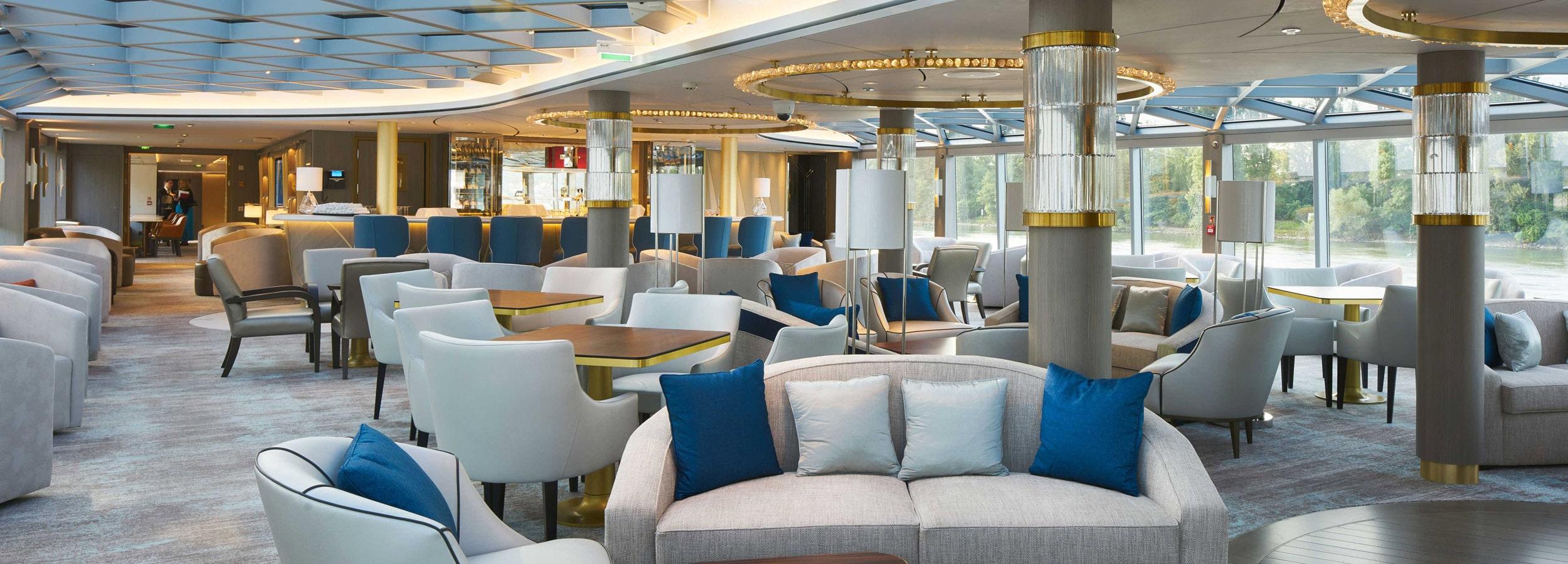 Hohe Panoramafenster und gemütliche Lounges machen Flusskreuzfahrtschiffe zur universell nutzbaren Location für Incentives und Tagungen.