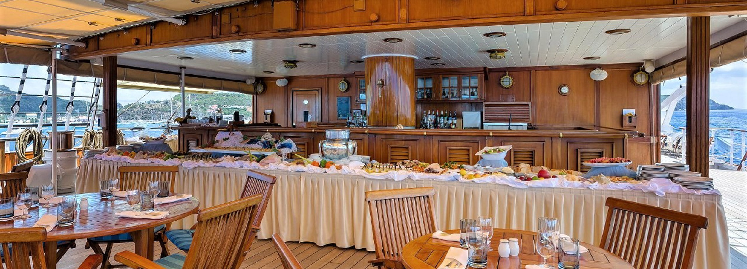 Lunchbüffet auf dem Zwischendeck. Die ungezwungene Atmosphäre auf Windjammern wird besonders von Incentive-Teilnehmern geschätzt.