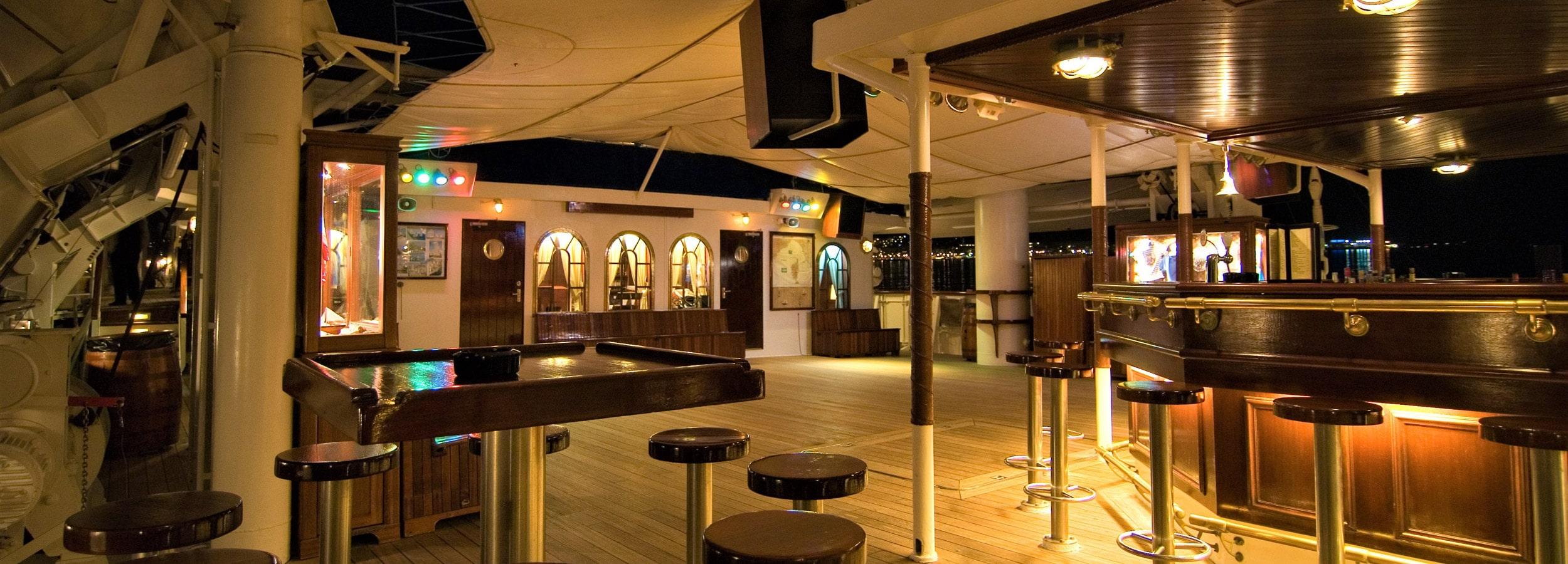 Wenn in karibischen Gefilden eine warme Brise durch das Zwischendeck weht, wird diese Bar beliebte Tanz- und Partylocation.